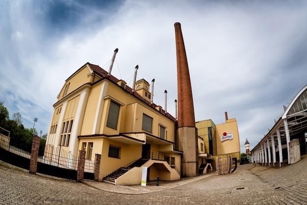 Traditionelles gärungsgebäude in der pilsner urquell brauerei