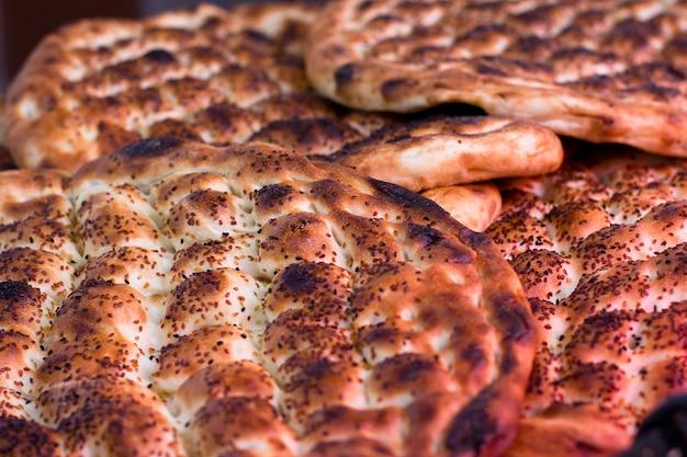 Traditionelles gebackenes türkisches brot. ramadan-brot