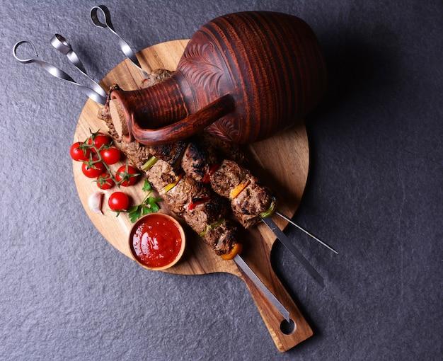 Traditionelles georgianisches getränk wein und kebab