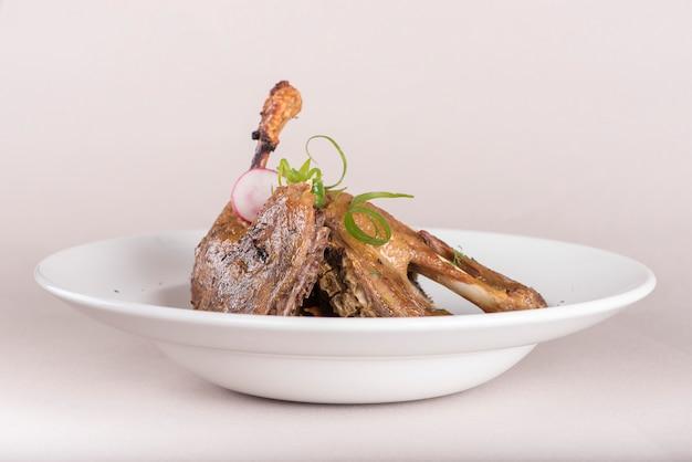 Traditionelles gericht mit gebackener drumstick-ente und sauerkraut, dekoriert mit kräutern