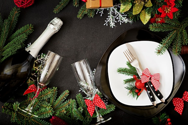 Traditionelles geschirr auf weihnachtstabelle. flach liegen. ansicht von oben