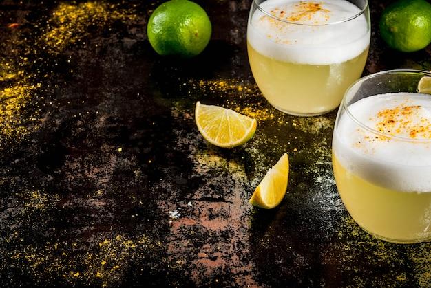 Traditionelles getränk pisco sour likör mit frischem kalk