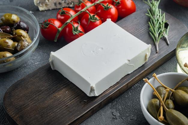 Traditionelles griechisches feta-käse-set auf grauem hintergrund