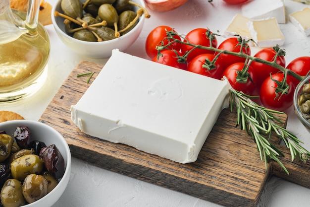 Traditionelles griechisches feta-käse-set auf weißem hintergrund