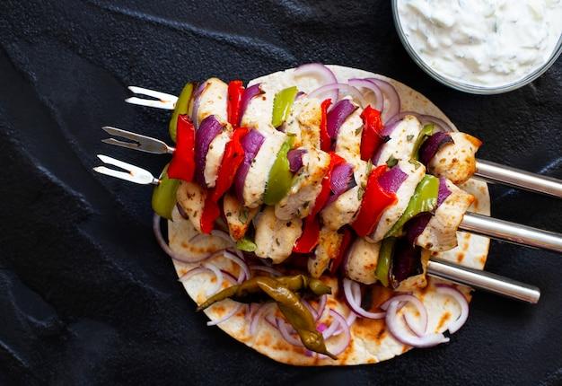 Traditionelles griechisches gegrilltes huhn souvlaki mit tzatziki soße und pita bread