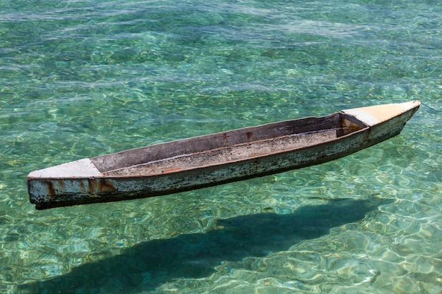 Traditionelles holzboot in kristallklarer lagune