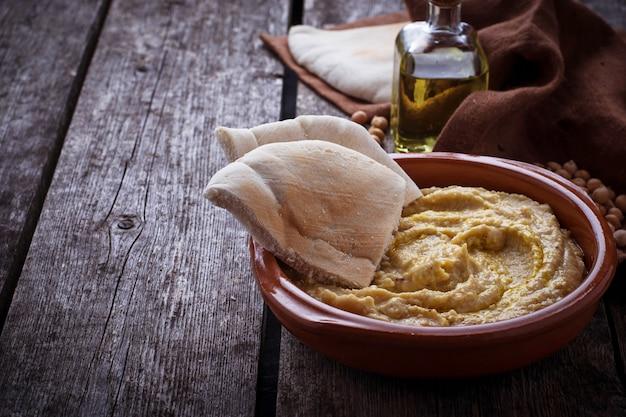 Traditionelles hummus und pita-brot. selektiver fokus