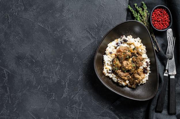 Traditionelles indisches curry-lammfleisch masala in der dunklen schüssel