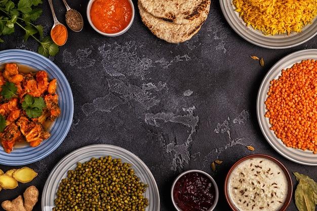 Traditionelles indisches curry mit reis, linsen und mungobohnen