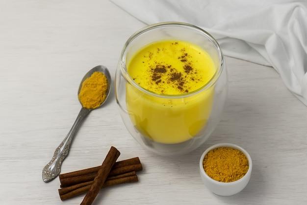 Traditionelles indisches getränk. goldener latte, gelbwurzmilch mit gewürz
