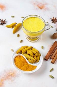 Traditionelles indisches getränk kurkuma goldene milch.