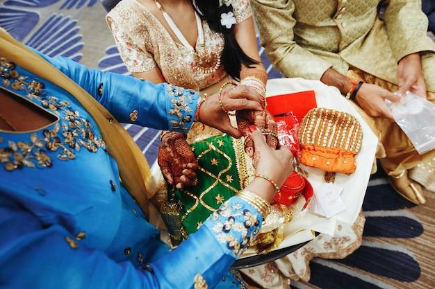 Traditionelles indisches hochzeitsritual mit armbändern an setzen
