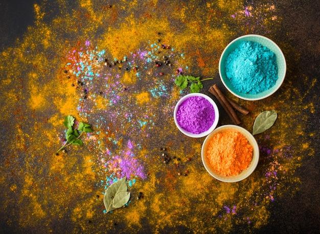 Traditionelles indisches holi färbt pulver, gewürze, rustikalen hintergrund.
