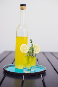 Traditionelles italienisches alkoholisches getränk limoncello