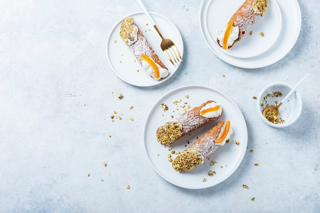 Traditionelles italienisches dessert cannoli siciliani