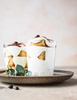 Traditionelles italienisches dessert tiramisu portionsdessert mit kaffeegeschmack