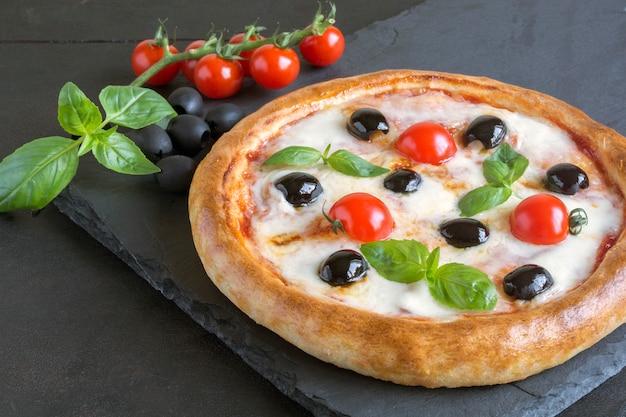 Traditionelles italienisches gericht, köstliche pizza margarita.