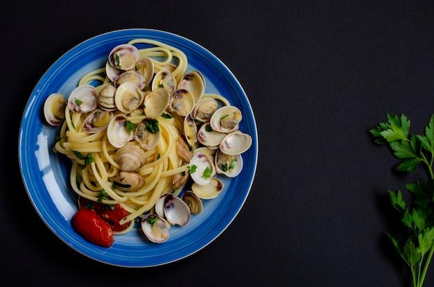Traditionelles italienisches meeresfrüchtekonzept. spaghetti mit muscheln oder shelfish, tomaten und kräutern