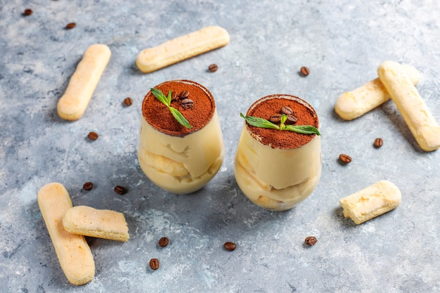 Traditionelles italienisches nachtisch-tiramisu in den gläsern, draufsicht.