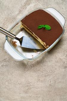 Traditionelles italienisches tiramisu-dessert in glasbackform