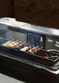 Traditionelles japanisches essen auf dem grill