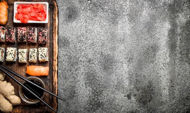 Traditionelles japanisches essen. sushi und brötchen. auf rustikalem hintergrund.