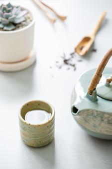Traditionelles japanisches kräuterteerezept bereitete sich in der keramischen teekanne vor