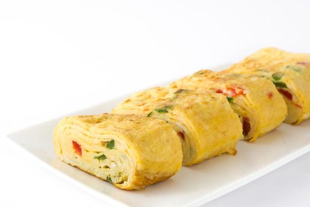 Traditionelles japanisches omelett tamagoyaki lokalisiert auf weißer oberfläche