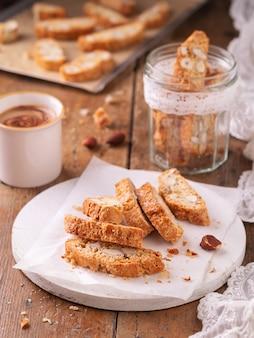 Traditionelles katalanisches biscotti carquinyolis, plätzchen oder cantuccini mit mandelnüssen und kaffee.