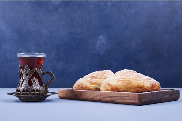 Traditionelles kaukasisches gebäck mit einem glas tee, seitenansicht. hochwertiges foto