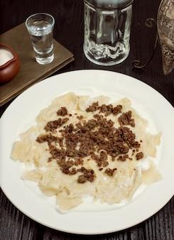 Traditionelles kaukasisches teigwarenmahlzeit khingal, khinkali mit fleisch.