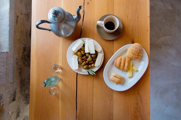 Traditionelles kreta-frühstück, brot, käse