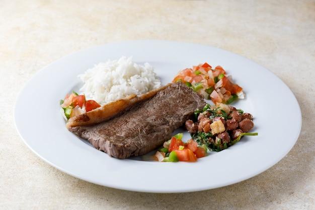 Traditionelles kubanisches essen mit fleisch und reis
