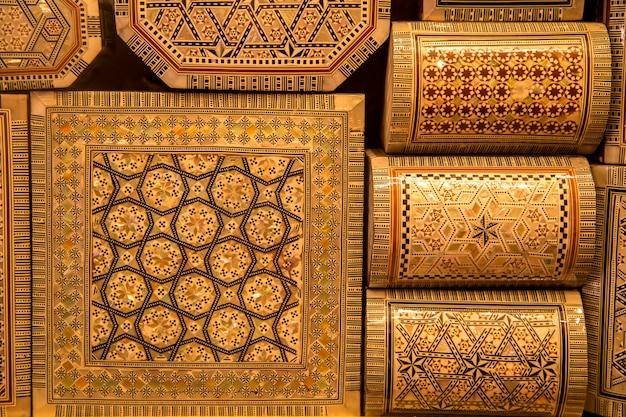 Traditionelles kunsthandwerk auf dem marokkanischen markt