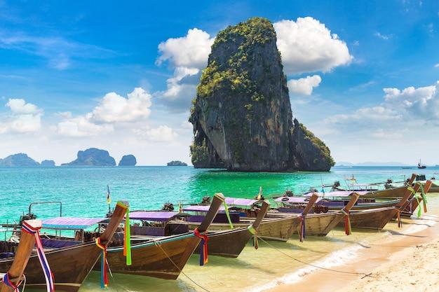 Traditionelles langheckboot auf ao phra nang beach, krabi, thailand