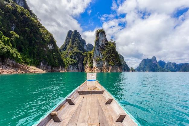 Traditionelles longtail-boot mit wunderschöner aussicht auf die landschaft im ratchaprapha dam im khao sok national park