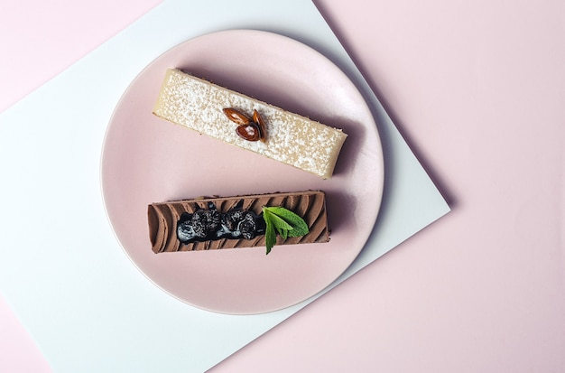 Traditionelles luxuriöses französisches gebäck mit minzblättern auf buntem hintergrund
