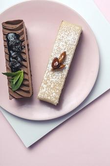 Traditionelles luxuriöses französisches gebäck mit minzblättern auf buntem