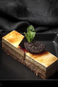 Traditionelles luxuriöses französisches gebäck mit minzblättern auf dunklem teller