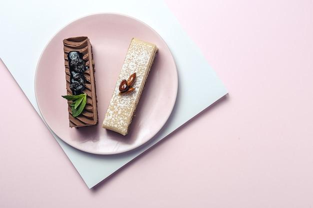 Traditionelles luxuriöses französisches gebäck mit minzblättern