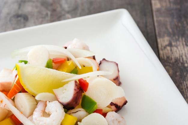 Traditionelles meeresfrüchte ceviche von peru auf holztisch