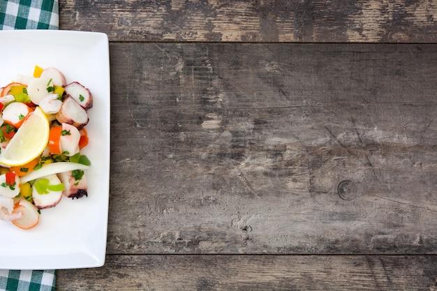 Traditionelles meeresfrüchte ceviche von peru auf holztischkopienraum