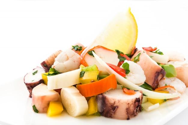 Traditionelles meeresfrüchte ceviche von peru lokalisierte auf weißer oberfläche