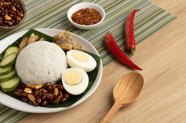 Traditionelles nasi lemak-mahlzeitensortiment