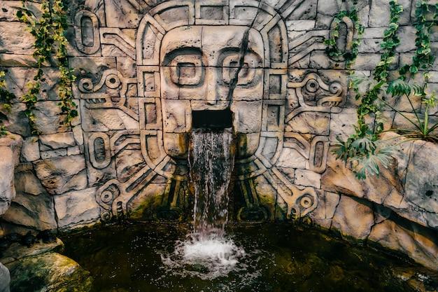 Traditionelles nationales indisches totem. totempfahl skulptur kunst. alte holzmaske. maya und azteken symbolische religiöse götter gesichter.