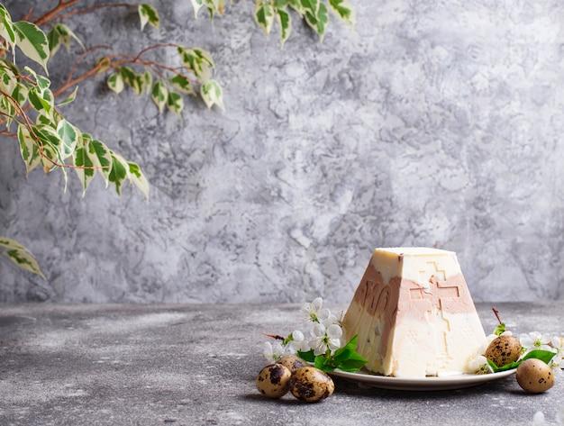 Traditionelles oster-hüttenkäse-dessert