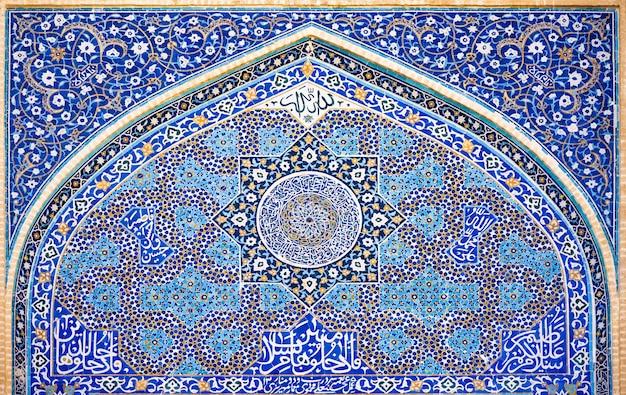 Traditionelles persisches mosaik an der fassade der iranischen moschee in yazd