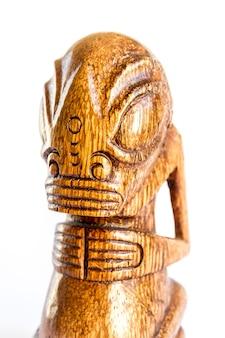 Traditionelles polynesisches tiki aus holz von den marquesas-inseln. isoliert auf weißem hintergrund