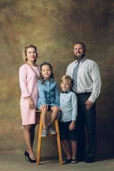 Traditionelles porträt der glücklichen familie, altmodisch.