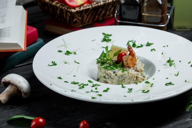 Traditionelles risotto mit meeresfrüchten und parmesan